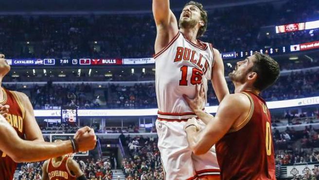 Pau Gasol, de los Chicago Bulls, anota ante la presencia de Kevin Love, de los Cleveland Cavaliers.