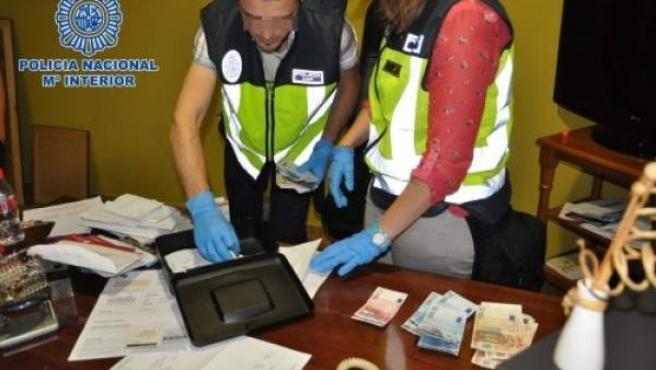 En los registros han sido intervenidos un vehículo de alta gama, 11.100 euros en efectivo, abundante material informático y documentación, seis pasaportes falsificados y varios resguardos de envío de dinero a Rusia.
