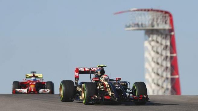 El piloto español Fernando Alonso (Ferrari) (izda), pilota su monoplaza por detrás del venezolano Pastor Maldonado (Lotus) durante la primera sesión de entrenamientos para el Gran Premio de Estados Unidos de Fórmula Uno, en el Circuito de las Américas en Austin (Texas, EE UU).