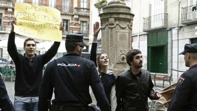 """La Policía desaloja a un grupo de jóvenes que han protagonizado una protesta al grito de """"Vida sí, aborto no"""" durante el Foro de Empleo organizado por el PPN en Pamplona, en el que ha participado la ministra de Empleo y Seguridad Social, Fátima Báñez."""