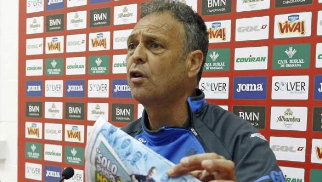 El entrenador del Granada, Joaquín Caparrós, instantes antes de romper en público una portada de 'Marca'.