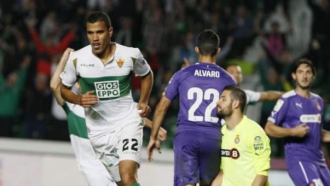 El delantero brasileño del Elche Jonathas de Jesús (i) celebra su segundo gol, y segundo del equipo, ante el RCD Espanyol, durante el partido de la décima jornada de Liga en Primera División