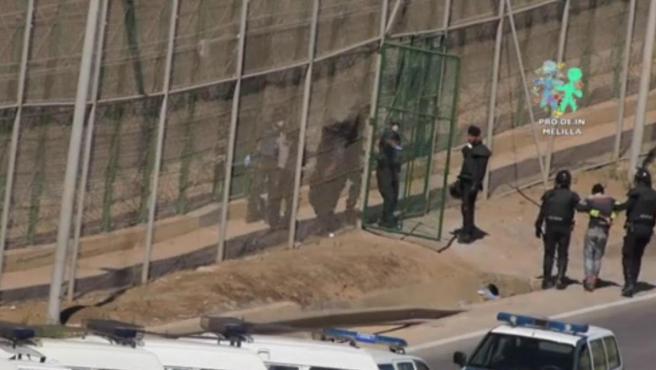 Imagen de una devolución en caliente de inmigrantes en la frontera de Melilla con Marruecos.