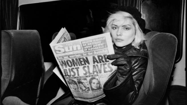 Debbie Harry despliega un tabloide con el titular 'Las mujeres son solo unas esclavas'