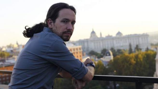El líder de Podemos, Pablo Iglesias, en la azotea del edificio que alberga la nueva sede de Podemos, con el Palacio Real al fondo.