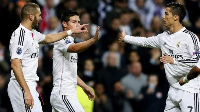 Benzema, James y Cristiano celebran el gol ante el Liverpool.