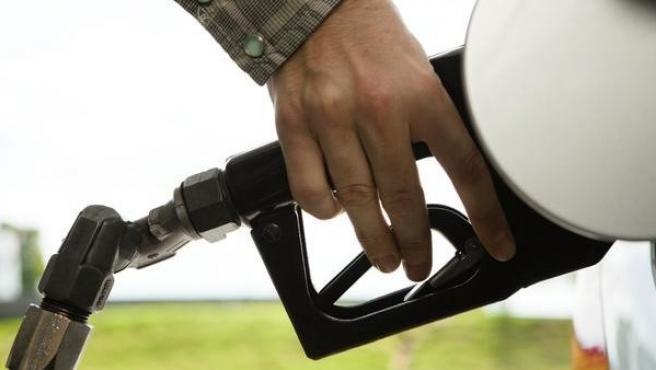 Imagen de archivo de una persona echando gasolina en un surtidor.
