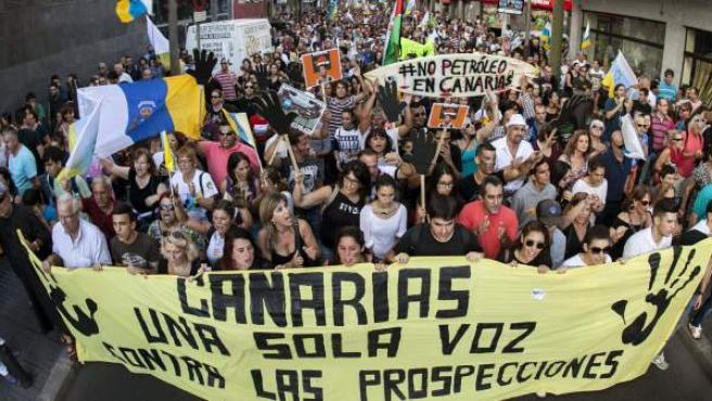 Manifestación por las calles de Las Palmas de Gran Canaria contra la declaración aprobada por el Ministerio de Medio Ambiente para permitir que en aguas próximas a las islas se realicen prospecciones petrolíferas.