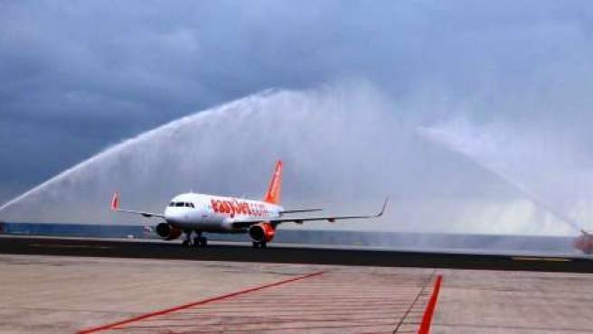 Arco de bienvenida a un avión de easyJet en Lanzarote