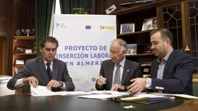 Amat firma el convenio para prácticas de desempleados en Berja