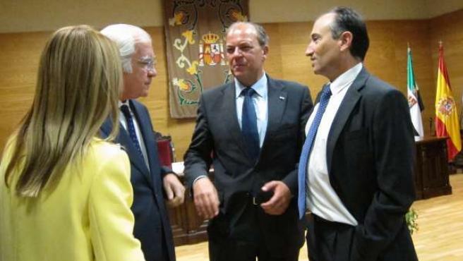 Monago hablando con el presidente del TSJEx