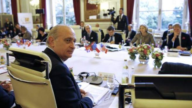 El ministro español del Interior, Jorge Fernández Díaz (i), durante la reunión del G6 junto con sus homólogos de Alemania, Polonia, Francia, Reino Unido e Italia, en el hotel Beauvau de París, Francia.