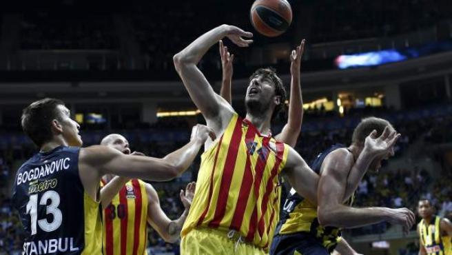 Ante Tomic busca un rebote en el Fenerbahce - Barça.
