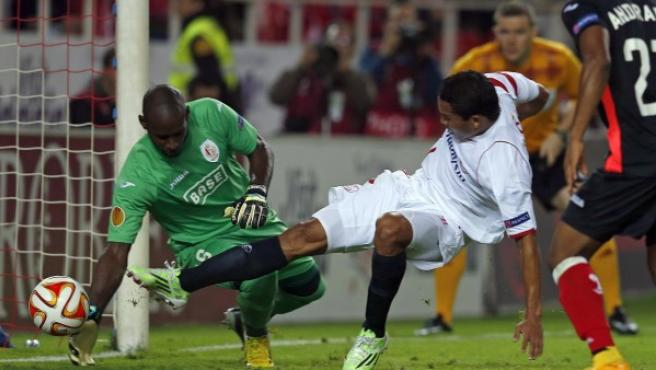 El delantero colombiano Carlos Bacca (d) marca el tercer gol del Sevilla ante Johann Thuram-Ulien, del Standard de Lieja, durante el partido de la cuarta jornada de Liga Europa disputado en el estadio Ramón Sánchez Pizjuán.