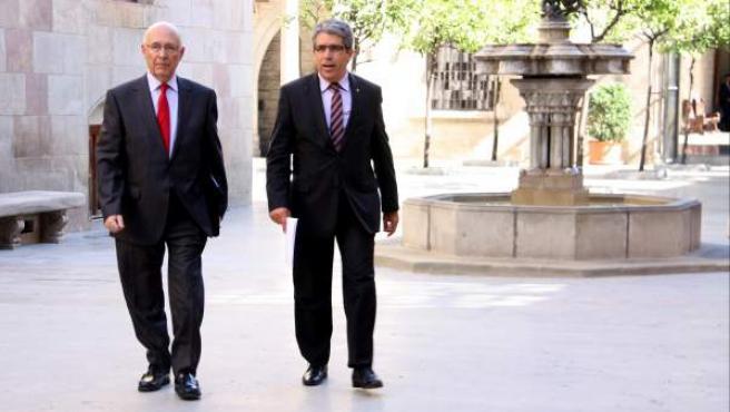 El expresidente del Parlament Joan Rigol y el consejero de Presidencia del Ejecutivo catalán, en el Pati dels Tarongers de la Generalitat.