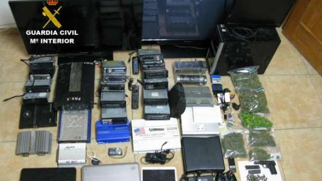 Droga, material electrónico y un arma incautados