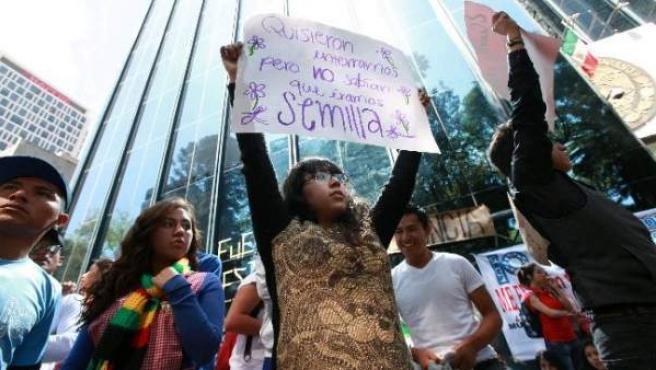 Unos 300 estudiantes han rodeado la Procuraduría General de la República en México DF, en protesta por los estudiantes desaparecidos de Ayotzinapa.