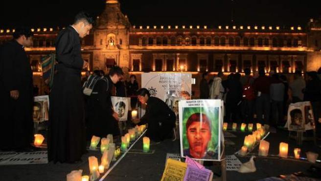 Miembros de distintos grupos religiosos realizan una vigilia simbólica de oración en el Zócalo de Ciudad de México (México) por los 43 estudiantes mexicanos desaparecidos.