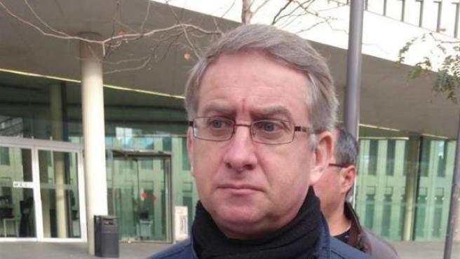 El portavoz de UPyD de Cataluña, Ramon de Veciana, muestra la denuncia a las puertas de la Ciudad de la Justicia.
