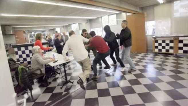 Un grupo de ultras destruye a patadas una de las urnas colocadas en la Escuela de Hostelería de Girona para la consulta del 9-N. Foto cedida por 'Nació Digital'.