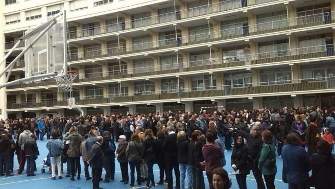 Decenas de personas esperan para votar este 9-N en el instituto de secundaria Principe de Viana de Barcelona.
