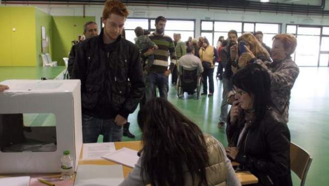 Un joven de 18 años vota por primera vez en el proceso participativo catalán del 9-N.