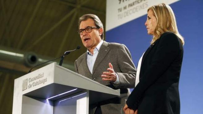 """El presidente de la Generalitat, Artur Mas, en su comparecencia en la noche del 9-N en la que ha valorado junto a la vicepresidenta, Joana Ortega, que esta jornada ha sido un """"éxito total""""."""