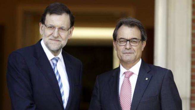 El presidente del Gobierno, Mariano Rajoy, y el de la Generalitat, Artur Mas, se saludan a petición de los medios de comunicación antes de empezar la última reunión que mantuvieron en la Moncloa.