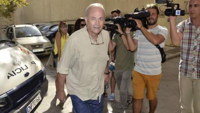 El juez del caso Nóos, José Castro, junto a los juzgados de Palma.