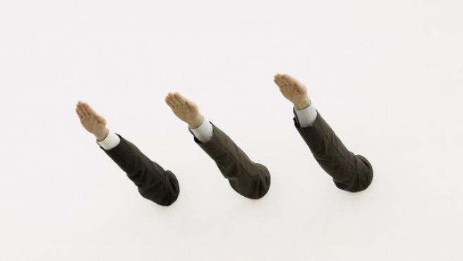 Tres brazos hacen el saludo fascista en 'Ave María', de Maurizio Cattelan