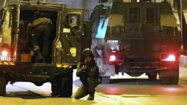 Las fuerzas de seguridad israelíes arrestan a los familiares de los supuestos autores de los ataques de Tel Aviv y Cisjordania.