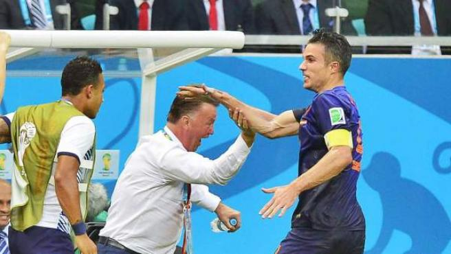 Robin van Persie celebra el gol con Louis van Gaal.