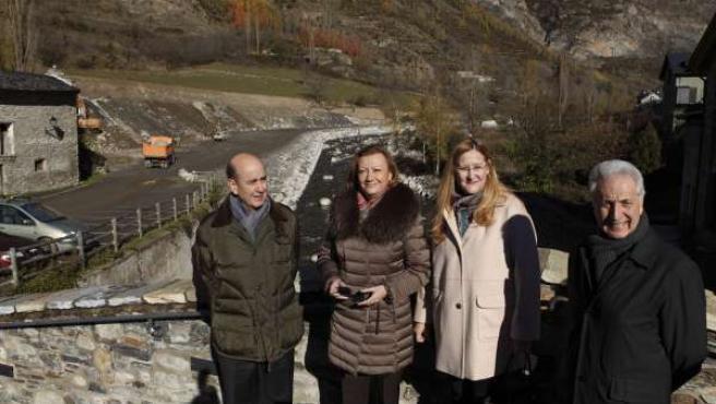 Rudi, con la alcaldesa de Benasque y dos consejeros