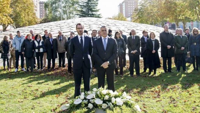 El alcalde de Vitoria, Javier Maroto (i), y el diputado General de Álava, Javier de Andrés (d), durante la ofrenda floral en honor a las víctimas con motivo del Día de la Memoria, en Vitoria.