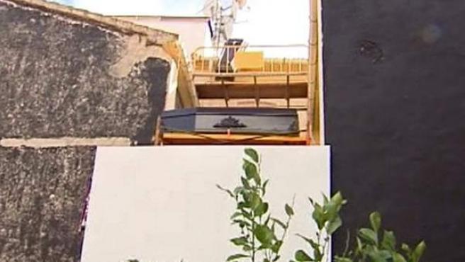 """Un particular de Dénia (Alicante) ha colocado lápidas y dos ataúdes en su patio, colindante con el de un restaurante, para """"espantar"""" a los clientes, según ha denunciado el copropietario del establecimiento."""