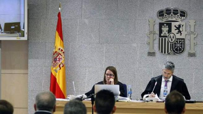 El juez de la Audiencia Nacional, Fernando Grande-Marlaska (d), durante un juicio contra una trama de corrupción.