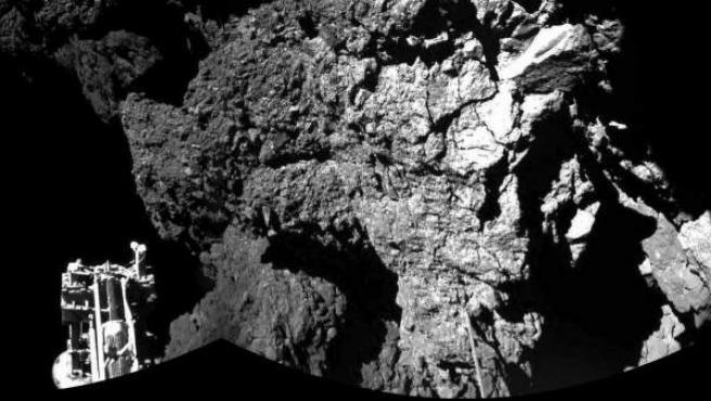 Fotografía facitada por la Agencia Espacial Europea (ESA), tomada por la cámara CIVA del modulo Philae, que muestra una vista parcial del aterrizaje en la superficie del cometa 67/P Churyumov-Gerasimenko. El módulo Philae sigue activo sobre la superficie del cometa 67/P Churyumov-Gerasimenko, después de un aterrizaje muy complejo y de haber mandado los primeros datos, entre ellos imágenes.