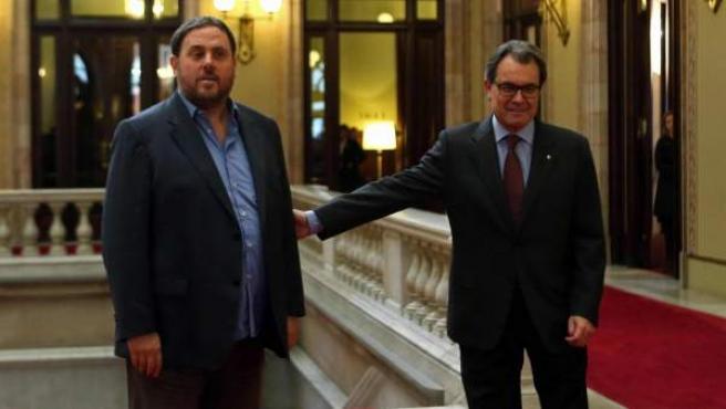 El líder de ERC, Oriol Junqueras, y el presidente de la Generalitat, Artur Mas, posan ante los medios gráficos antes de reunirse en el Parlamento catalán para abordar los pasos a seguir tras el 9-N.