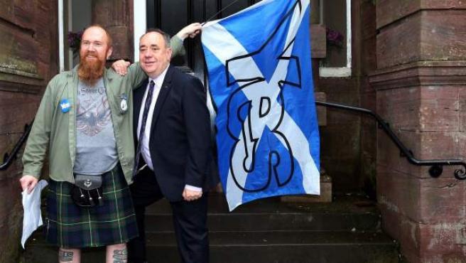 El primer ministro escocés Alex Salmond (dcha) posa junto a un militante de la opción de la independencia, en Turriff (Escocia), en la jornada electoral de este jueves.