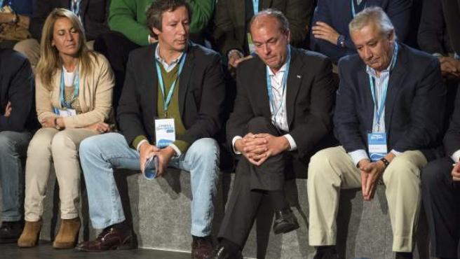 El vicesecretario de Organización del PP Carlos Floriano; el presidente dela Junta de Extremadura, José Antonio Monago (2d); y el vicesecretario nacional del PP para asuntos territoriales, Javier Arenas.