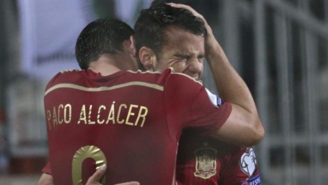 Alcácer y Bernat celebran un gol con la selección.
