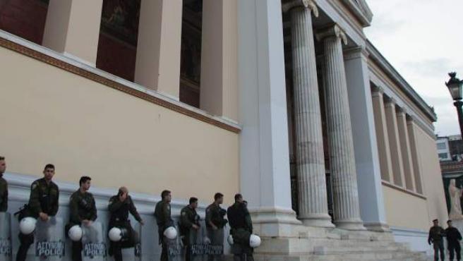 Policías vigilan afuera de la Universidad de Atenas durante una manifestación este pasado jueves.