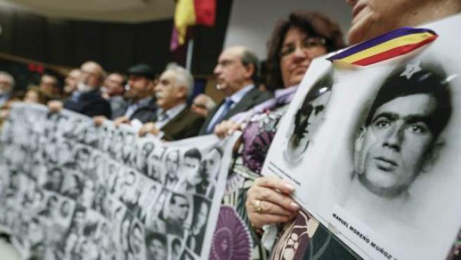 Familiares de las víctimas del franquismo en el Parlamento Europeo (PE), en Bruselas (Bélgica).