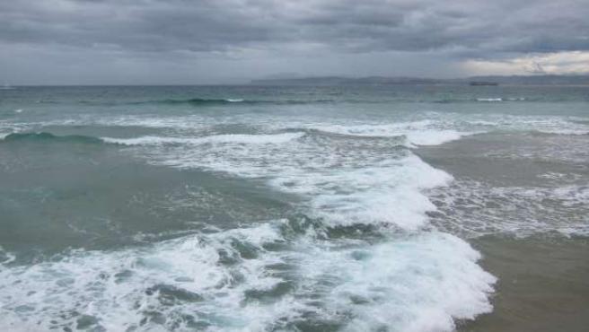 Oleaje y cielo nuboso en Santander