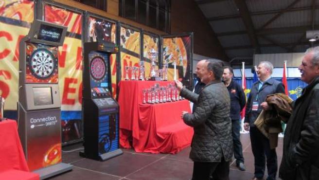 El alcalde de Santiago, Agustín Hernández, en el campeonato nacional de dardos