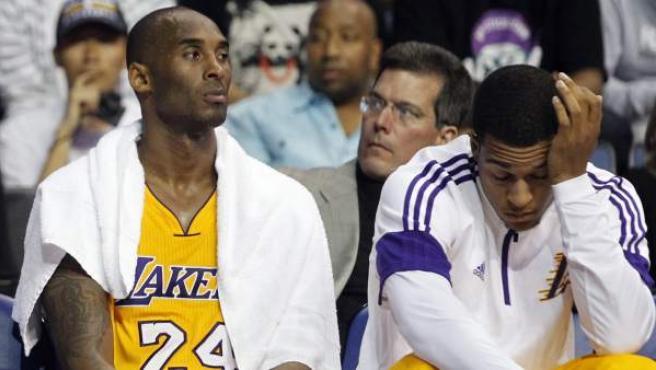 Kobe Bryant descansa en el banquillo de Los Angeles Lakers.