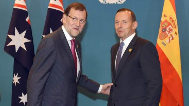 El presidente del Gobierno español, Mariano Rajoy (d), saluda a Tony Abbott (i), primer ministro australiano y anfitrión de la cumbre del G-20 en el Centro de Convenciones de Brisbane, en la costa este de Autralia.