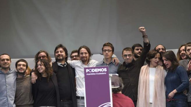 Pablo Iglesias, junto a miembros del Consejo Ciudadano, tras conocerse la votación sobre la secretaría general de Podemos.