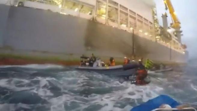 Imagen de una lancha de la Armada embistiendo a una de Greenpeace.