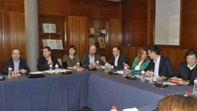 Iceta (a la izqda.), junto a otros barones del PSOE